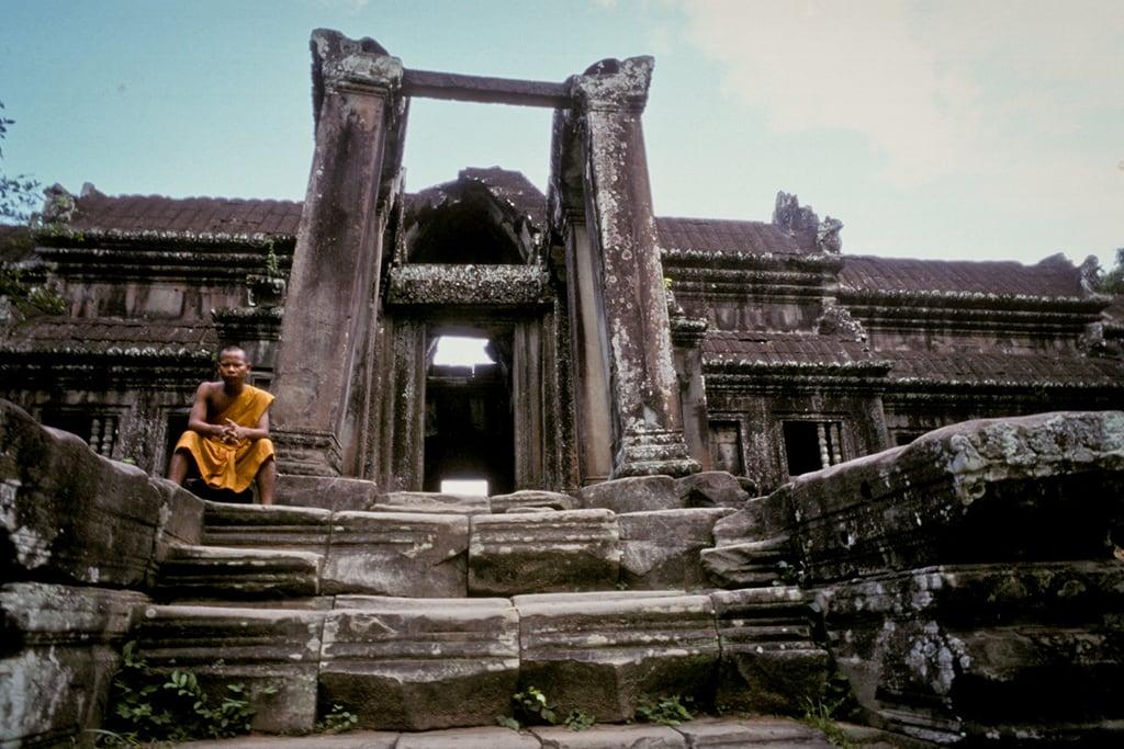 monk-angkor-wat